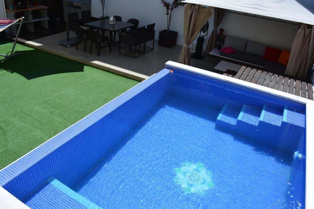 The swimming pool at or near Jose & Ester House