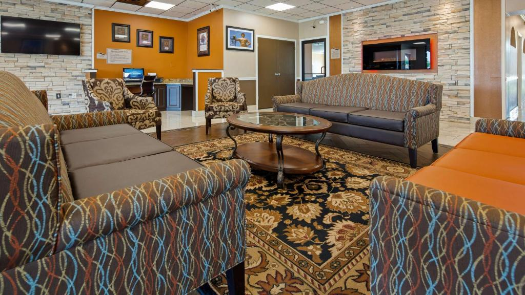 The lounge or bar area at Best Western Tulsa Airport