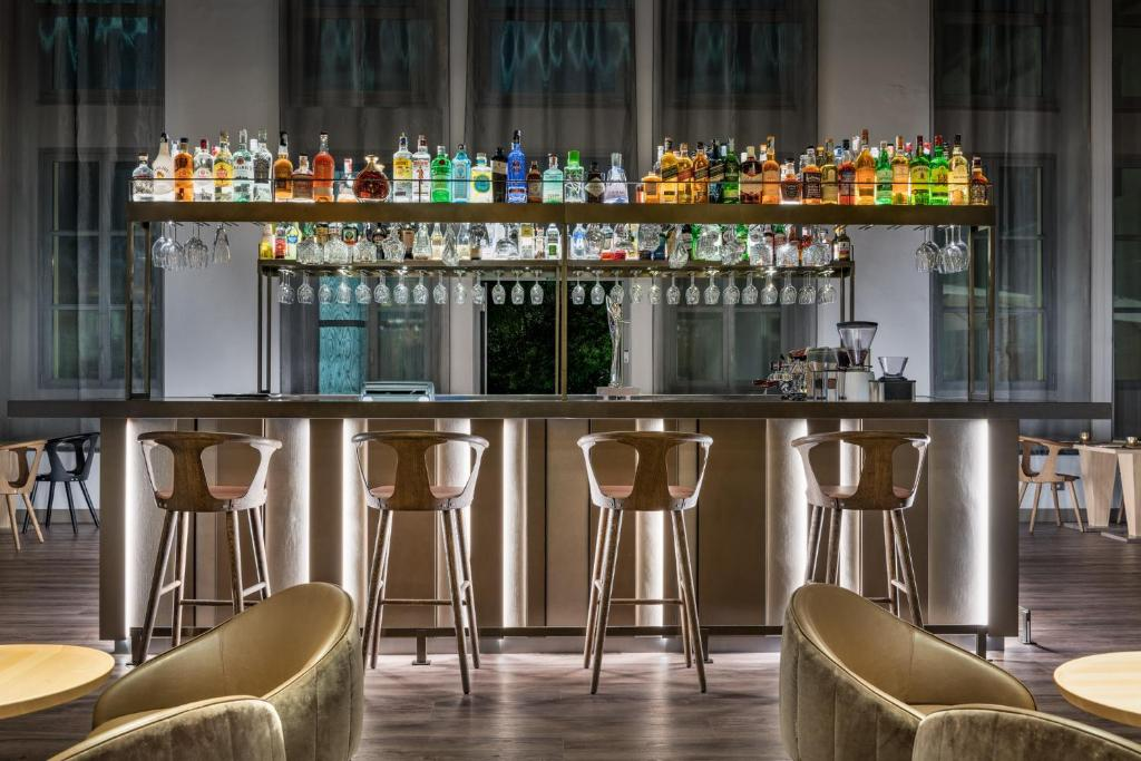 The lounge or bar area at AC Hotel Torino