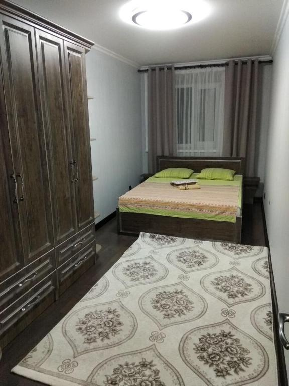 A bed or beds in a room at Apartment on Ayelbekova 112