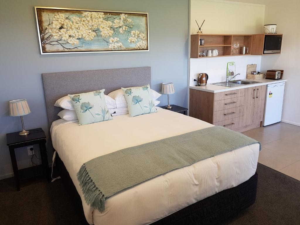 A bed or beds in a room at Murchison View Studio