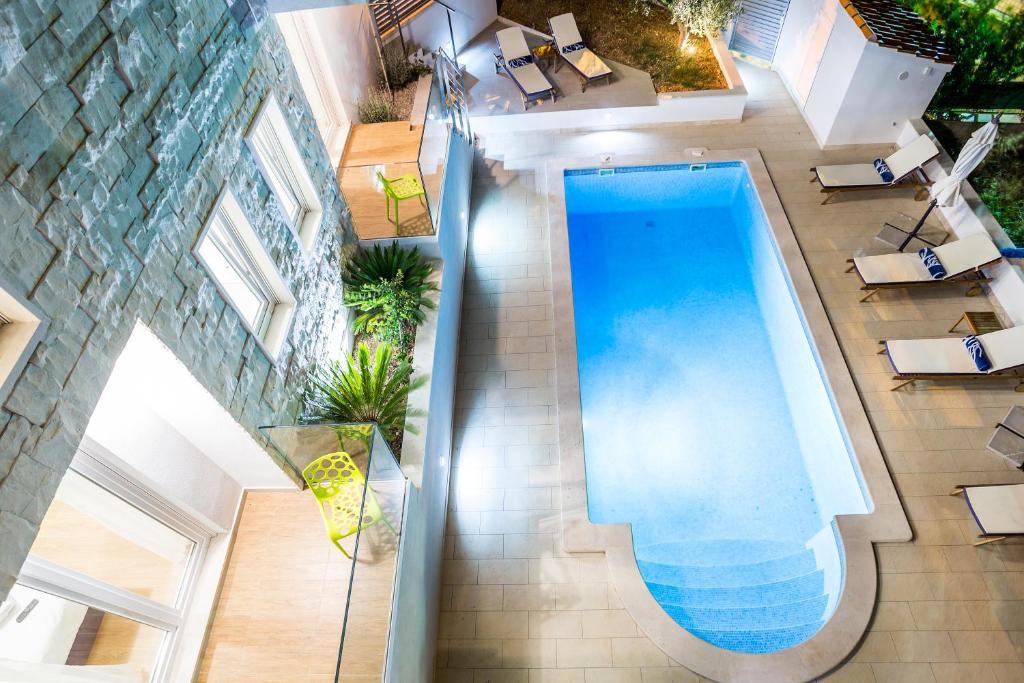 Výhled na bazén z ubytování Villa Blanka Bol Brac on Facebook save 18 percent nebo okolí