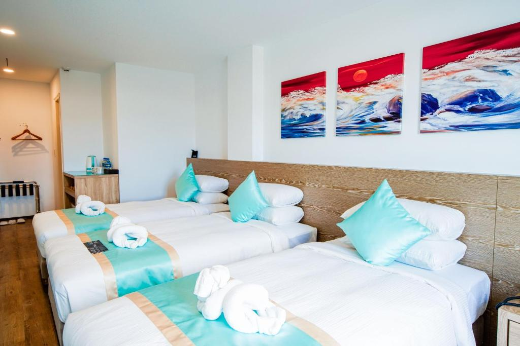 A bed or beds in a room at Palau Hotel