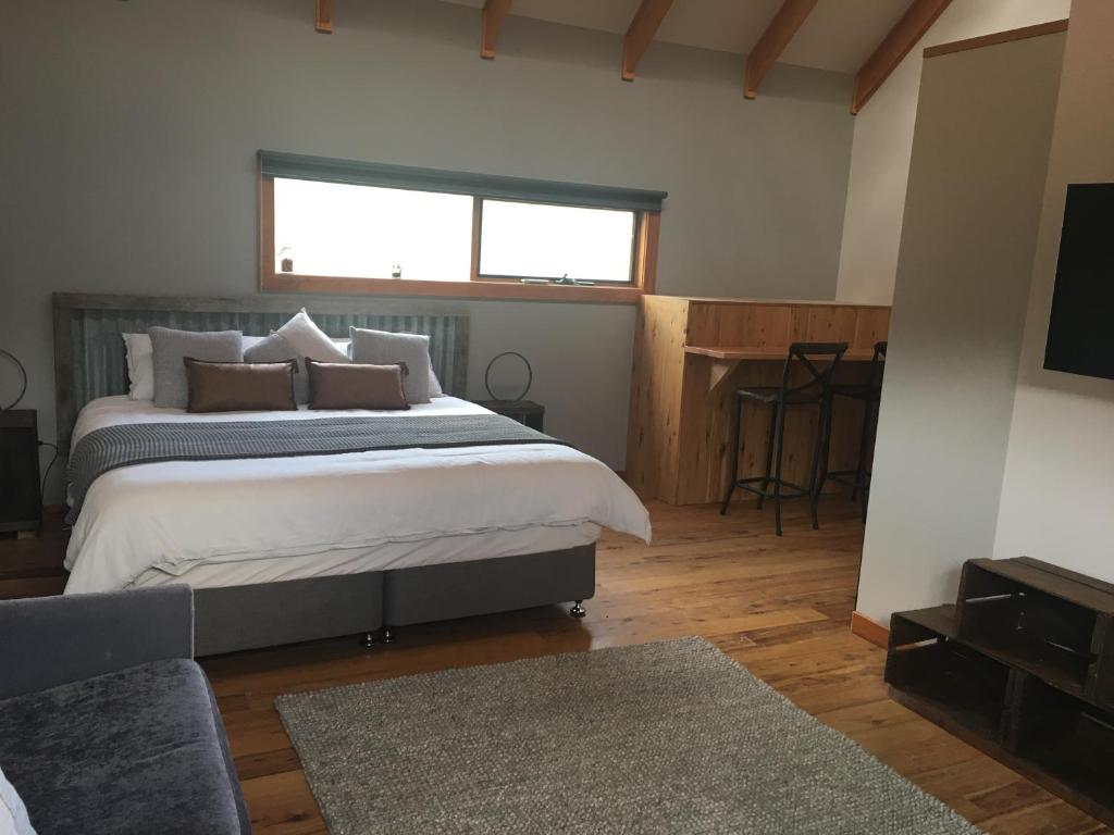 A bed or beds in a room at Lupo's Loft