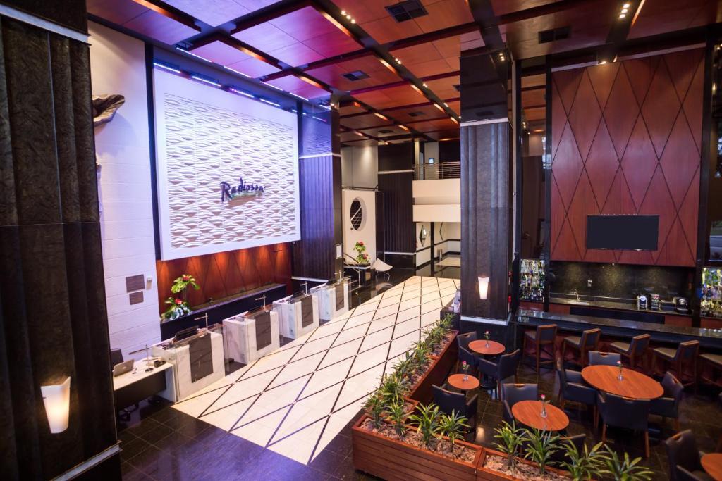 Um restaurante ou outro lugar para comer em Radisson Hotel Curitiba