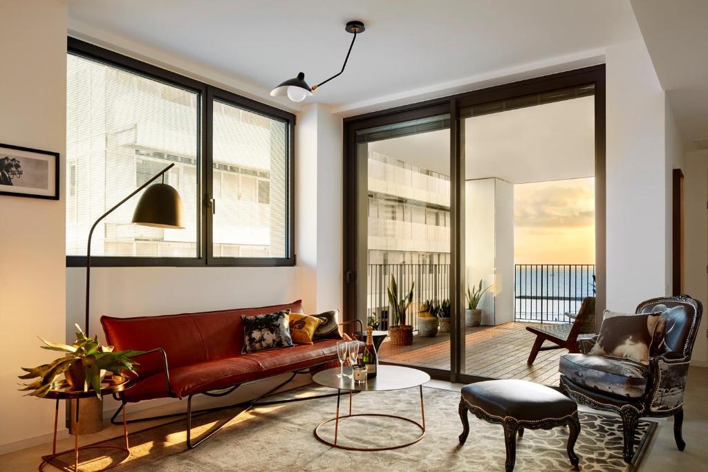 A seating area at Renoma Apartments