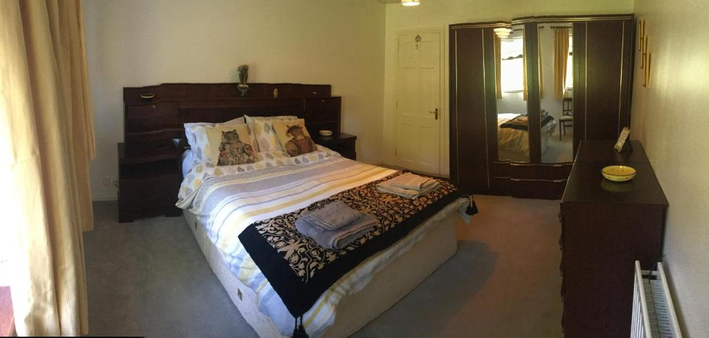 A bed or beds in a room at Kerngrove Manor