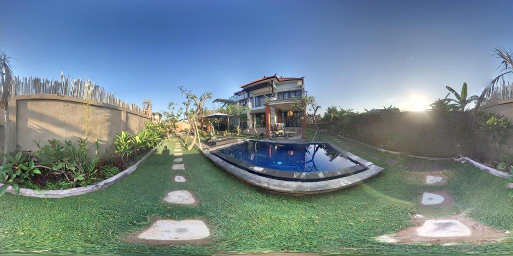 Der Swimmingpool an oder in der Nähe von Temuku Keramas Beach Suite