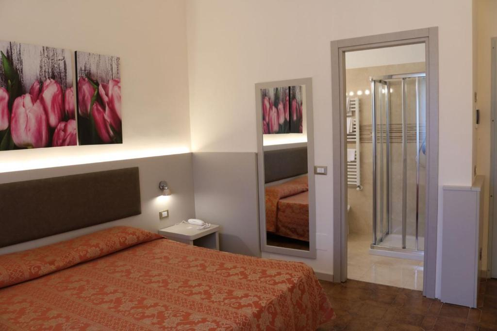A bed or beds in a room at Hotel Ristorante Rosengarten