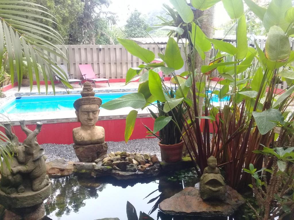 Der Swimmingpool an oder in der Nähe von Baan Ton Rak Boutique Resort