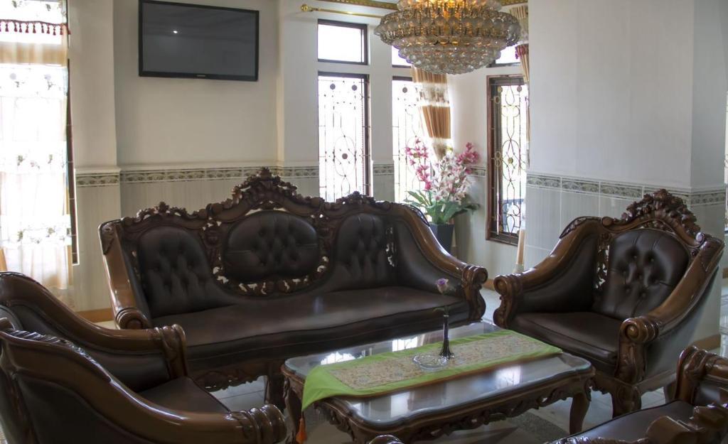 A seating area at Hotel Wiwi Perkasa 2