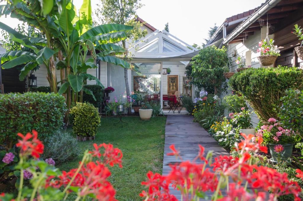 A garden outside L'ISLE DE FRANCE