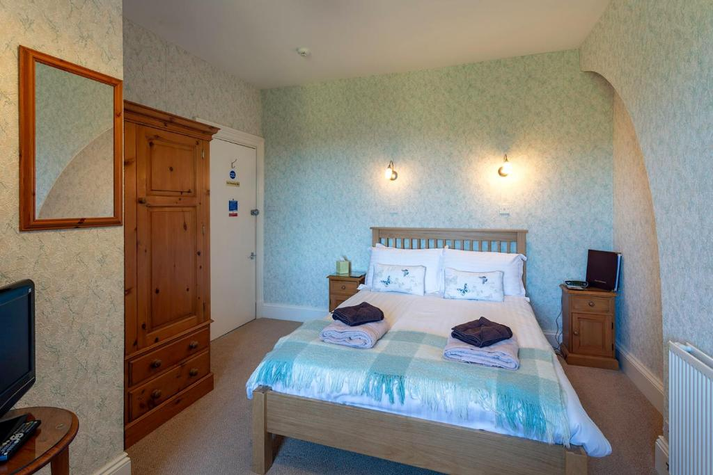 A bed or beds in a room at Appletrees B&B