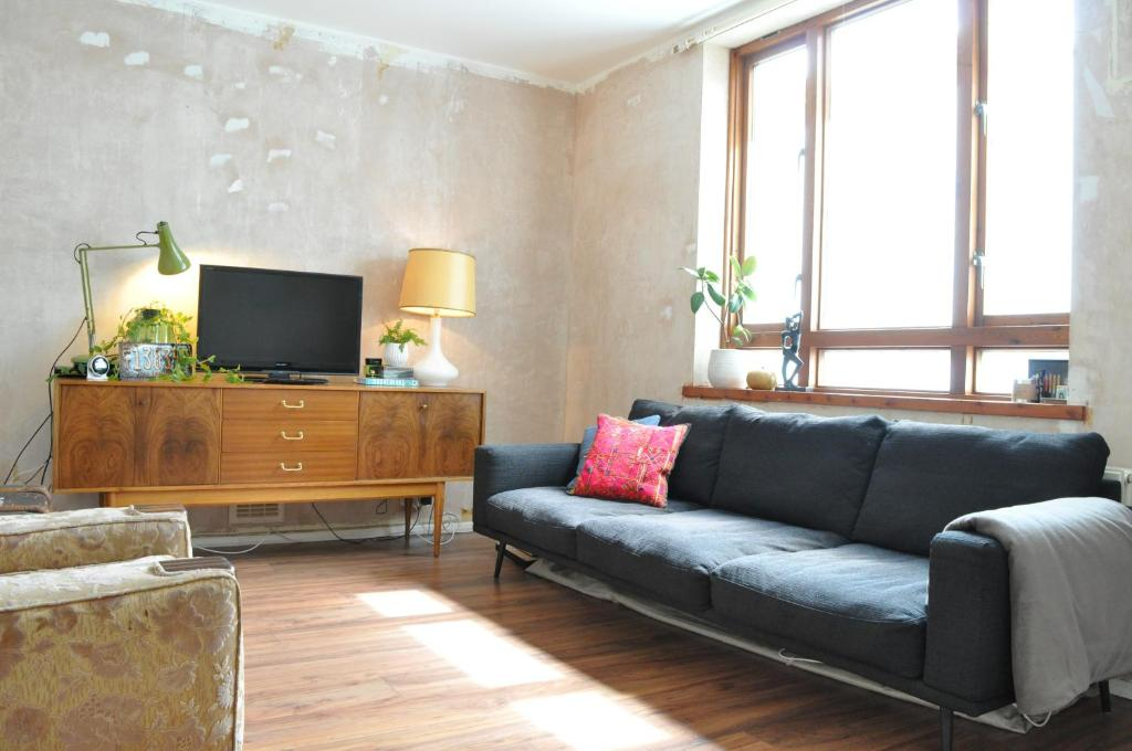 A seating area at Spacious 1 Bedroom Apartment in Clapton