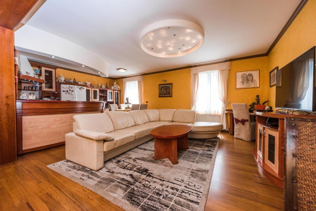 Salon ili bar u objektu Apartment Keti