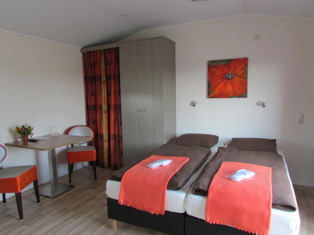 A bed or beds in a room at Grasduinen op Walcheren