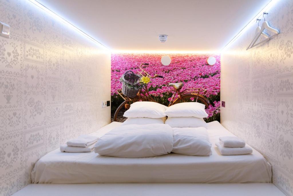 Een bed of bedden in een kamer bij De Bedstee Boutique Capsules
