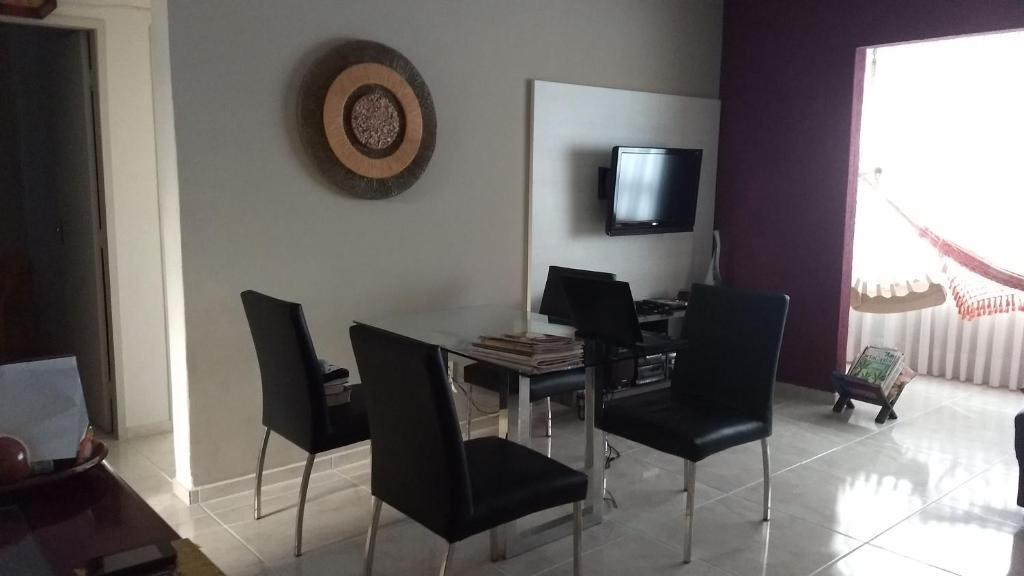 A television and/or entertainment centre at Quarto em Apartamento Sétubal