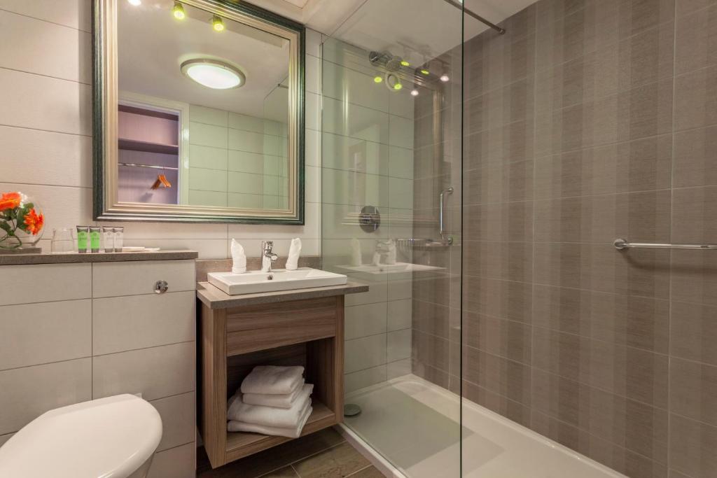 Ванная комната в The Gleneagle Hotel & Apartments
