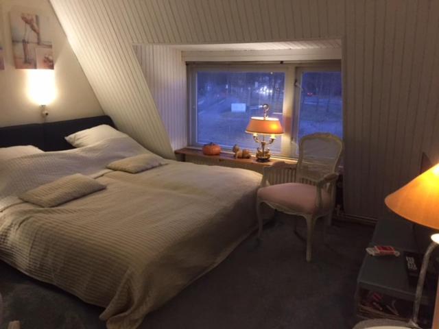 A bed or beds in a room at Gezellige zolder in Wassenaar met dakterras
