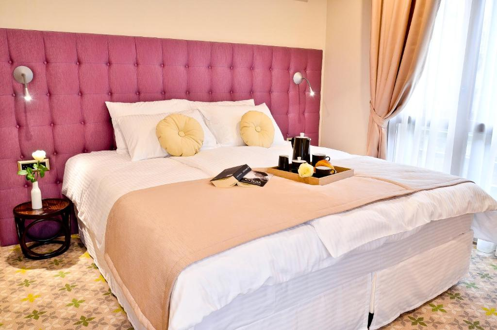A bed or beds in a room at Hotel Capitolina City Chic
