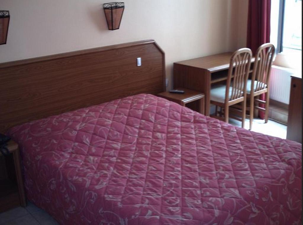 Ein Bett oder Betten in einem Zimmer der Unterkunft Paris Hôtel Le Mediterraneen