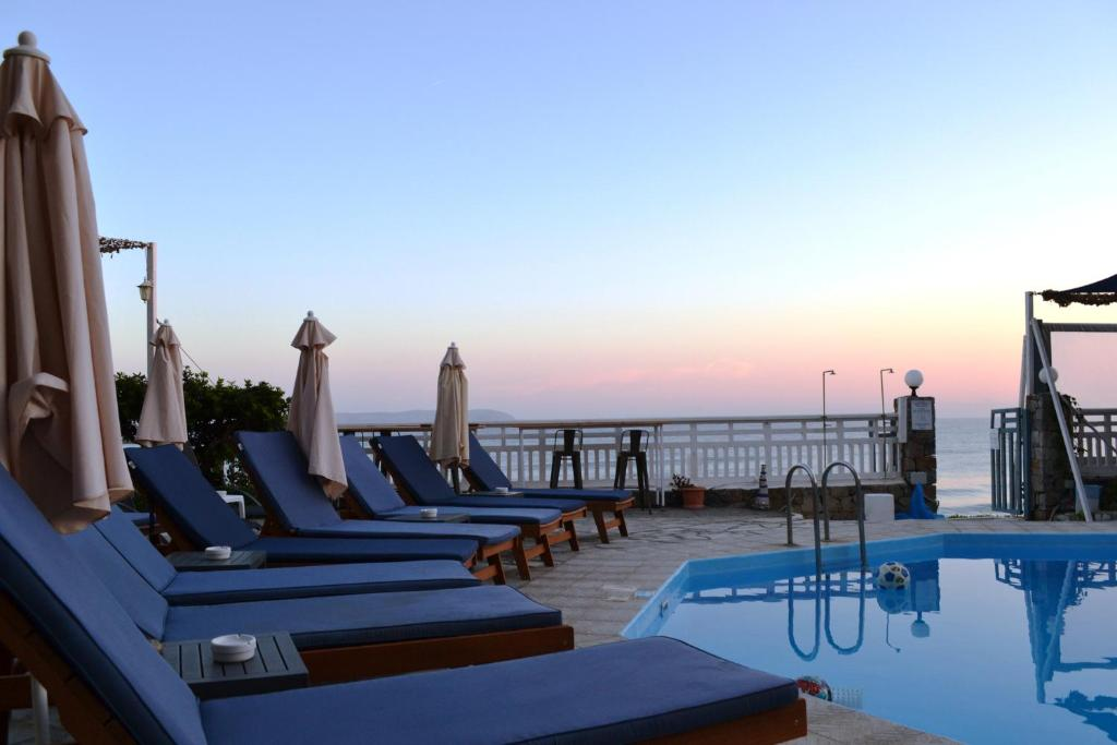 Бассейн в Sunset Beach Hotel или поблизости