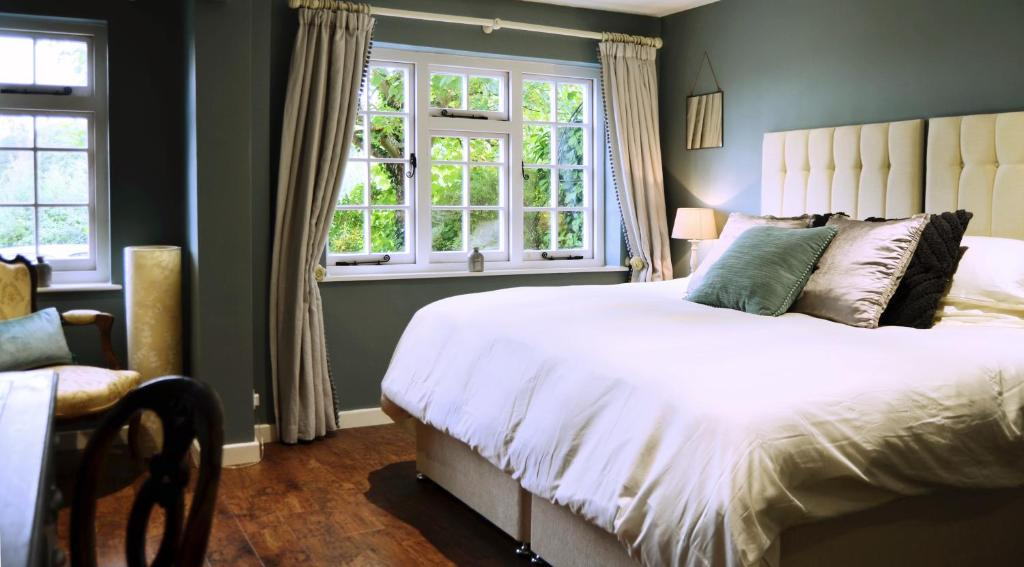 A bed or beds in a room at Heydon Guest Suite