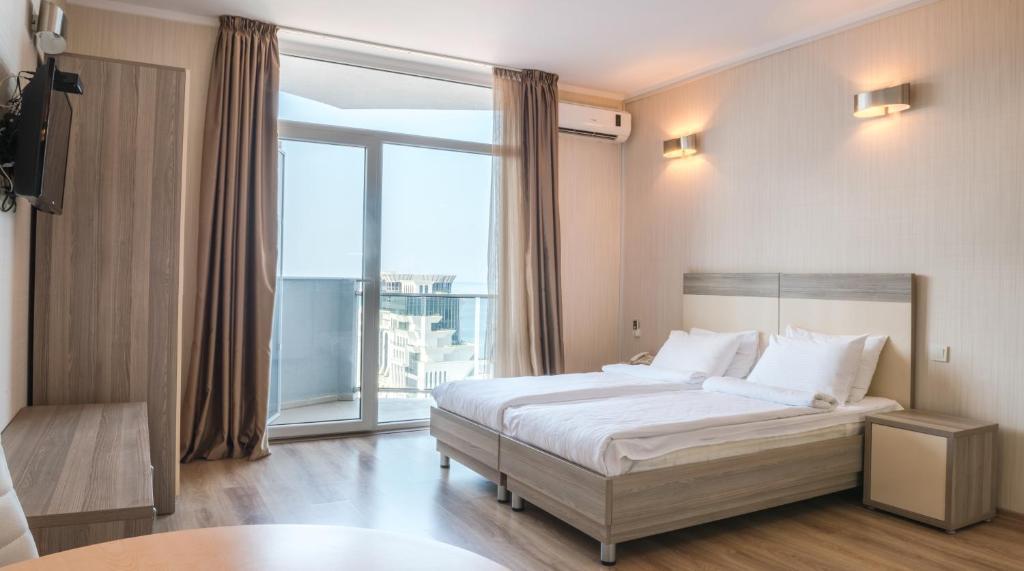 سرير أو أسرّة في غرفة في Silk Road Batumi