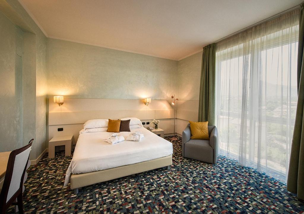 A bed or beds in a room at Hotel Ovidius