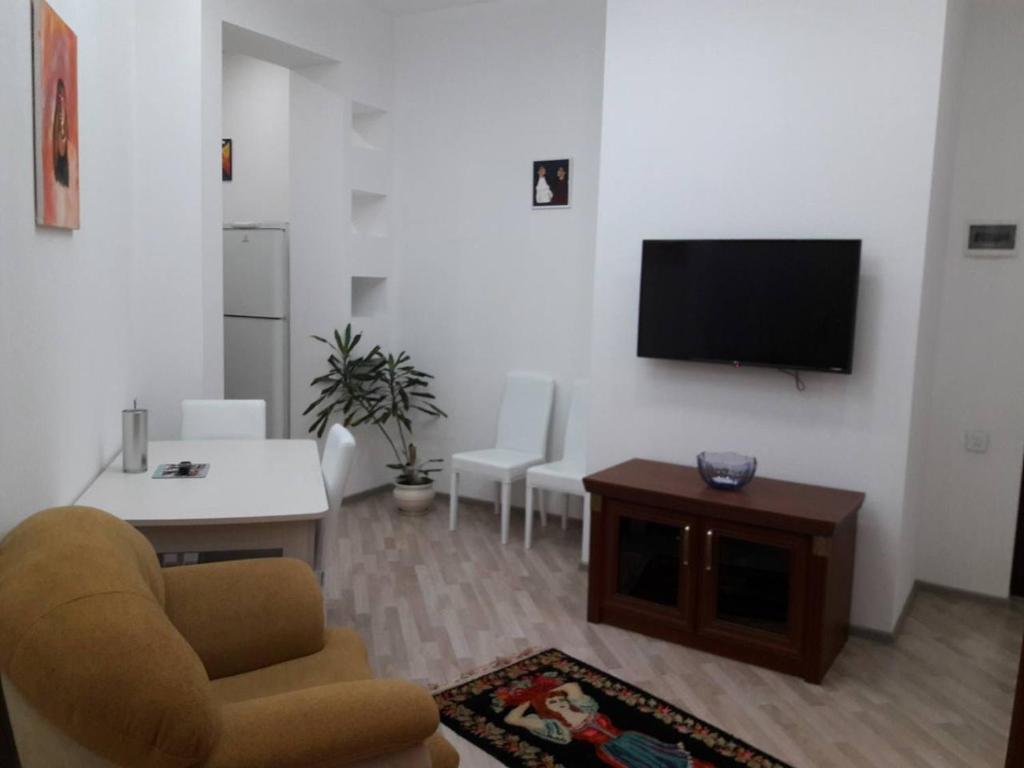 Uma TV ou centro de entretenimento em NIZAMI Street 2