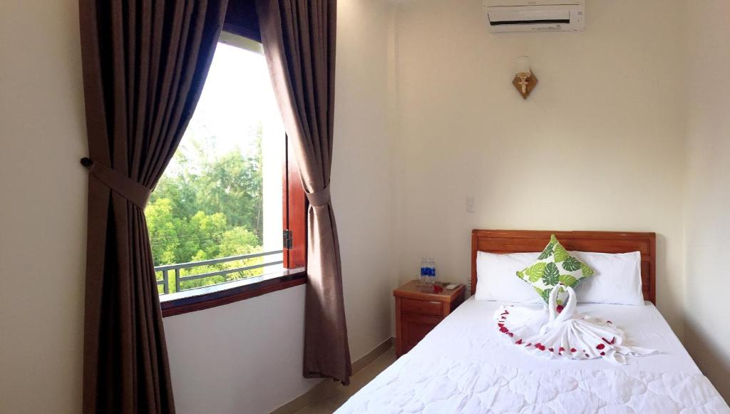 A bed or beds in a room at CANH DUONG MOTEL