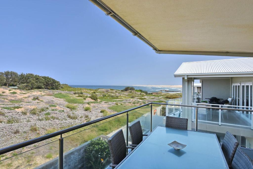 A balcony or terrace at Saltwater Curls Anna Bay Coastal Retreat with Views