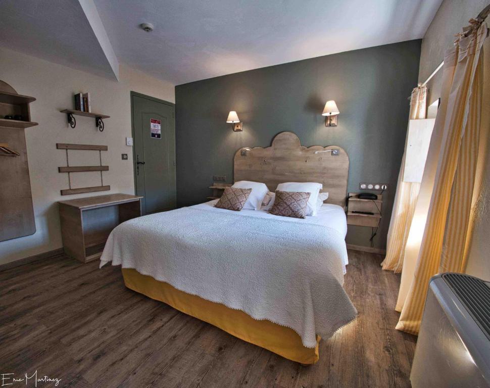 A bed or beds in a room at The Originals Boutique, Hôtel du Parc, Cavaillon (Inter-Hotel)