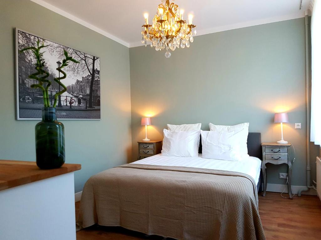 A bed or beds in a room at Apartments van Leyden