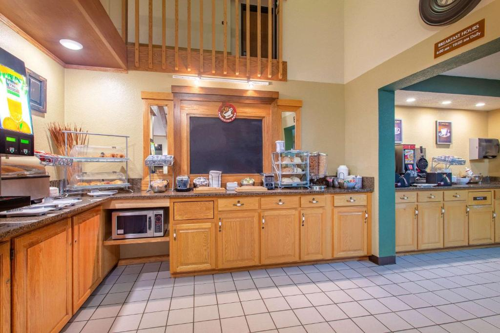 A restaurant or other place to eat at AmericInn by Wyndham Chippewa Falls