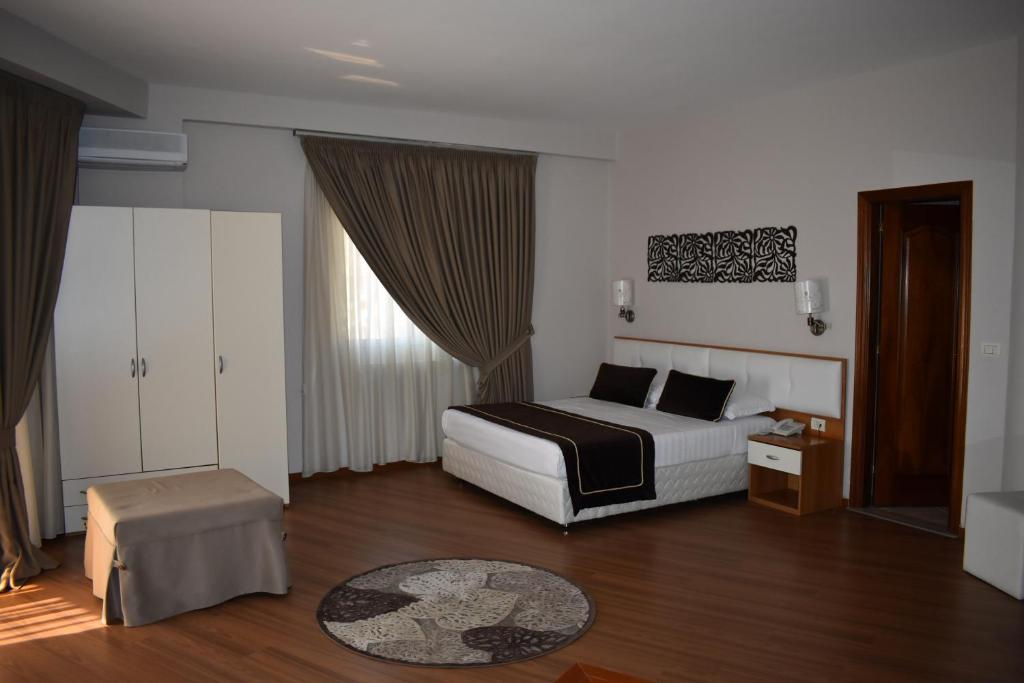 A bed or beds in a room at Hotel Arvi