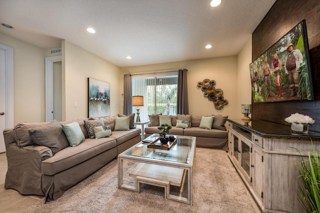 A seating area at Encore Resort Reunion 8 Bd Sleeps 17 w Pool & Spa Close to Disney 461