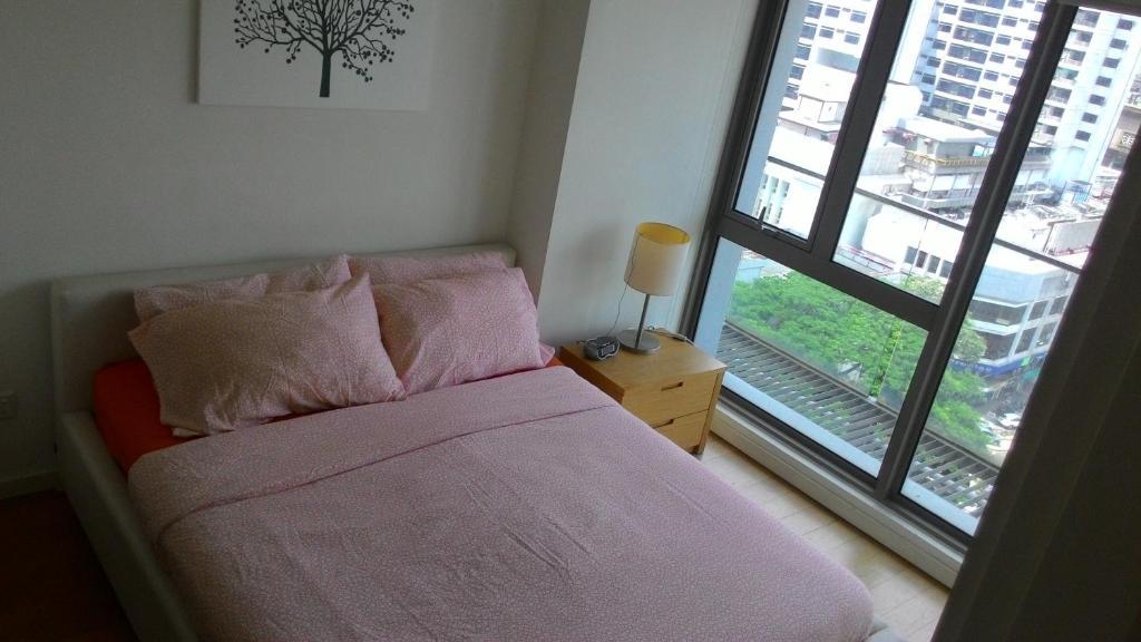 سرير أو أسرّة في غرفة في Bintang Fairlane Residences