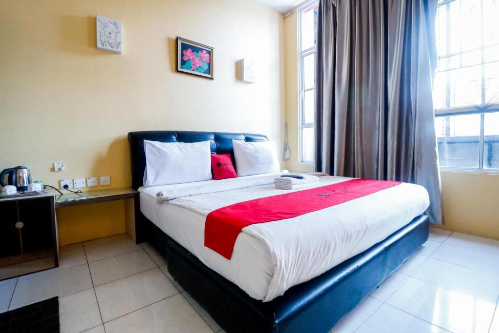 A bed or beds in a room at RedDoorz Plus near DC Mall Batam