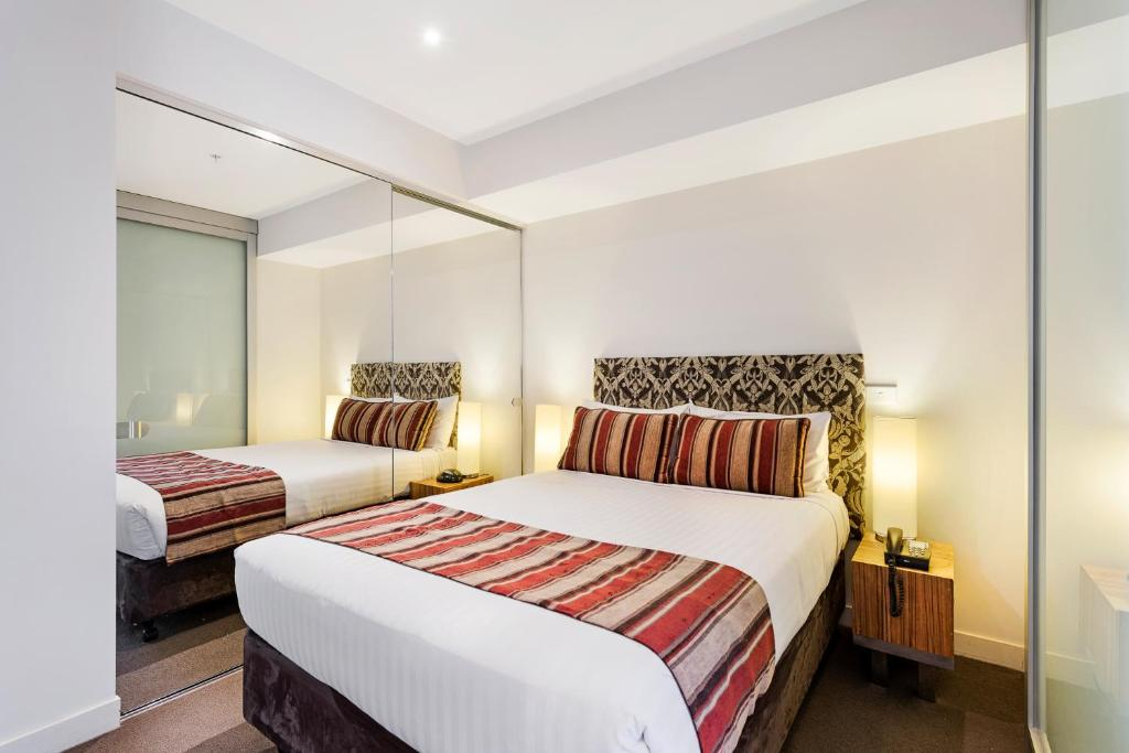 A bed or beds in a room at Seasons Heritage Melbourne