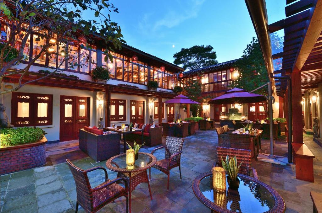 A restaurant or other place to eat at Jingshan Garden Hotel