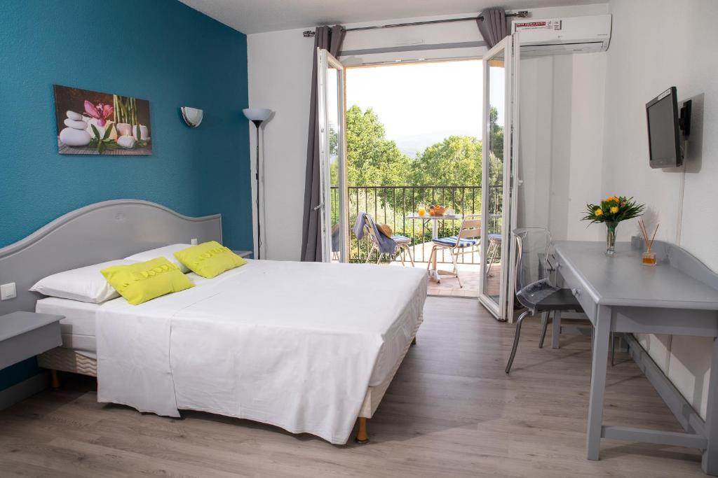 Кровать или кровати в номере Le Neoulous