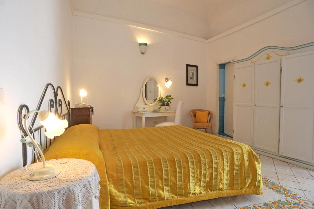A bed or beds in a room at Hotel La Casa sul Mare