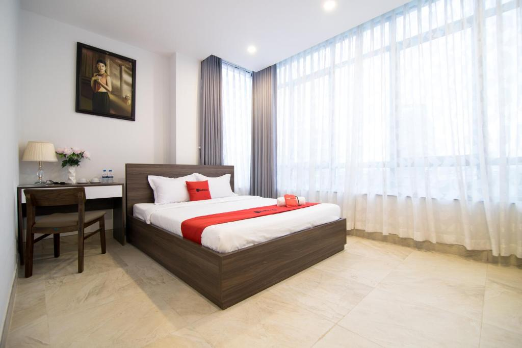 Giường trong phòng chung tại RedDoorz Premium @ Hang Xanh