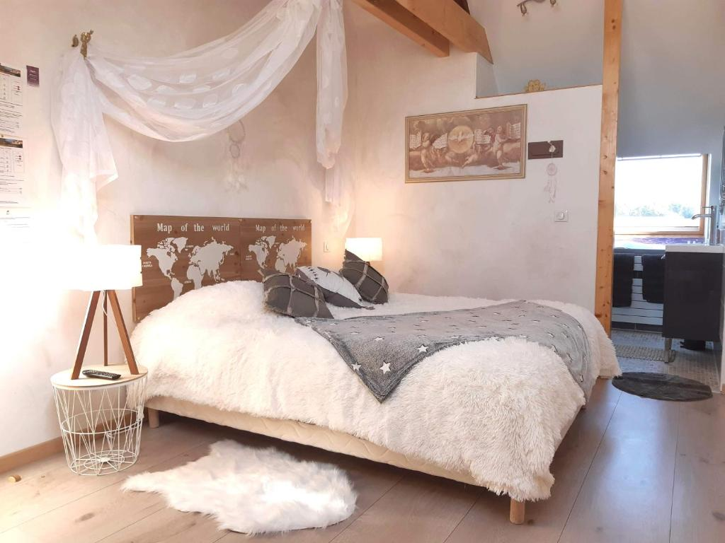 A bed or beds in a room at La Maison Rouge