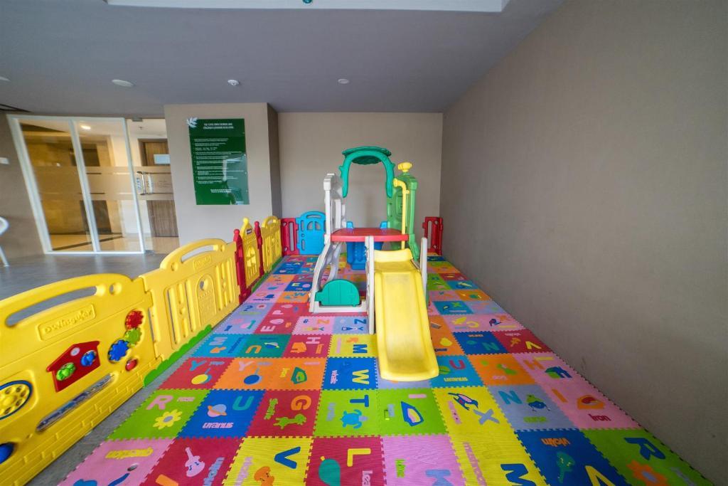 The kid's club at Spacious Studio Room near Cihampelas Walk at Galeri Ciumbuleuit 3 Apartment By Travelio