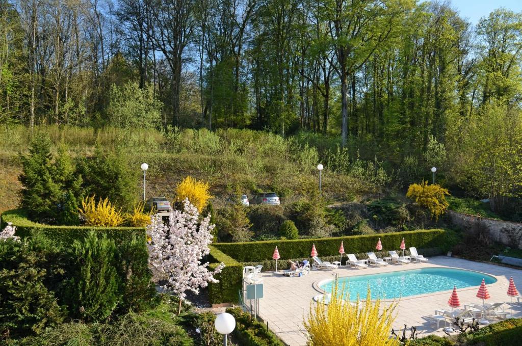 Vue sur la piscine de l'établissement Hôtel et Studios d'Orfeuil ou sur une piscine à proximité