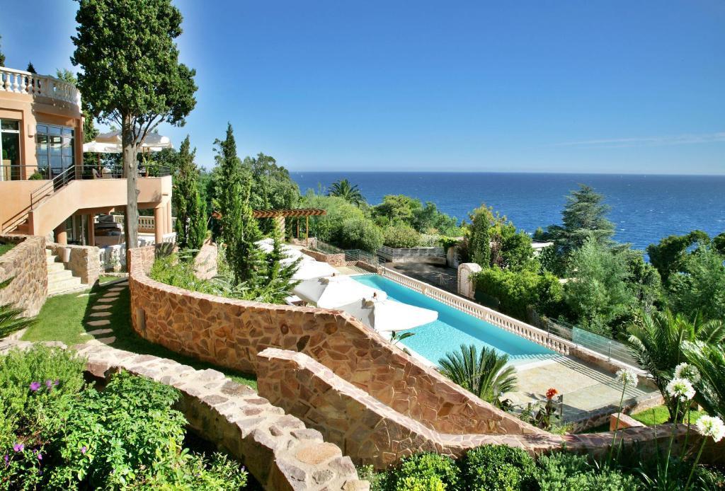 Vue sur la piscine de l'établissement Tiara Yaktsa Côte d'Azur ou sur une piscine à proximité