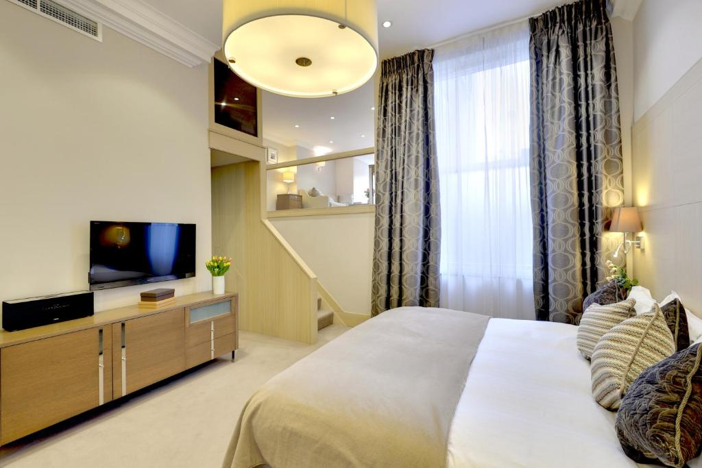 A bed or beds in a room at Claverley Court Apartment Knightsbridge
